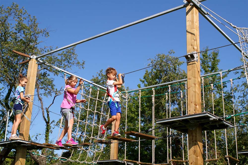 kids walking bridge on ropes course